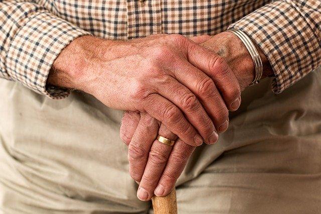 交通弱者であるおじいさんの手の画像